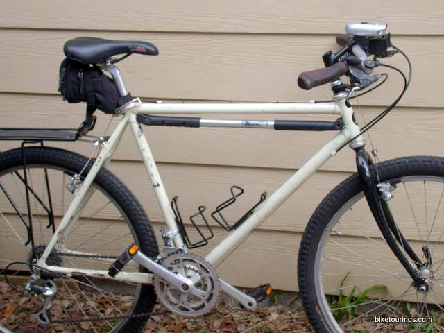 picture of park tool pmp 5 dial adjust frame pump on a commuter bike