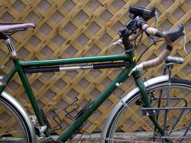picture park tool pmp 5 dial adjust frame pump on a touring bike