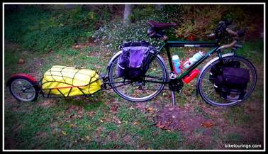 Picture of bicycle for touring with panniers and bike trailer